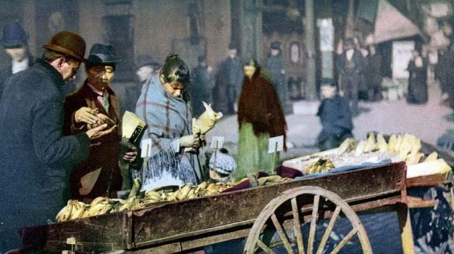 Cart with bananas, New York, the early 20th century. Photo: mashable.com