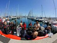 Embarquez facilement sur nos bateaux amarrés à quelques mètres de la zone d'équipement du centre de plongée