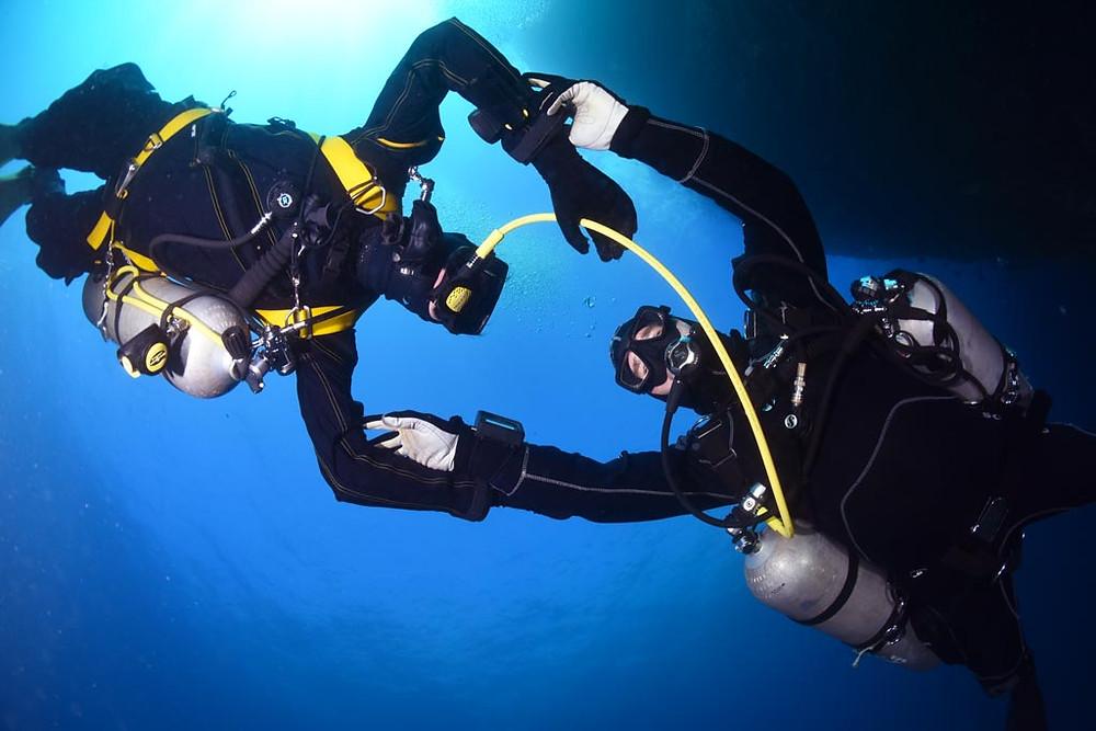 L'assistance aux autres plongeurs facilitée grâce à la disposition sidemount, démontrée ici par L'ATELIER DE LA MER Marseille