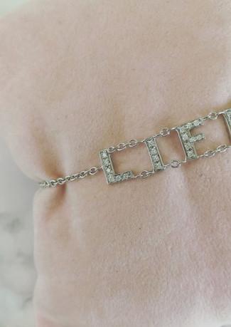 Braccialetto in oro bianco e diamanti.