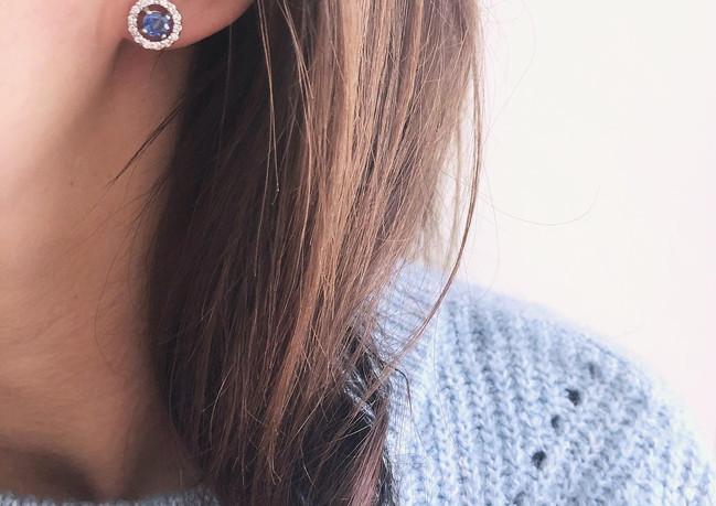 Orecchini in oro bianco con zaffiri e diamanti.