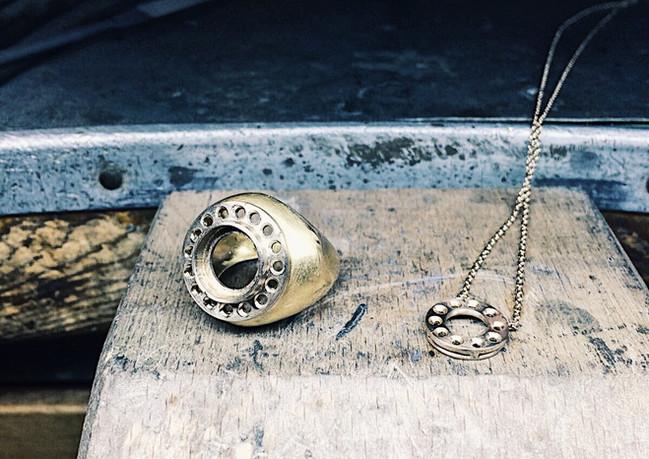 Anello e collana pronti per l'incastonatura delle pietre.