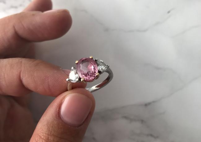Anello in oro bianco con zaffiro rosa e diamanti taglio cuore