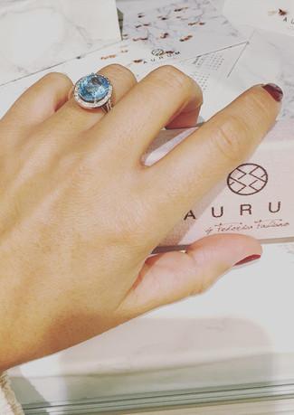 Anello in oro bianco con acquamarina e diamanti.