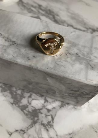 Chevalier in oro giallo con iniziale di diamanti