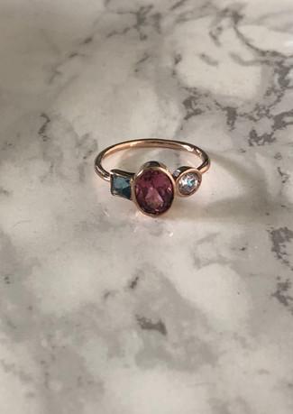Anello in oro rosa con tormaline e diamante.