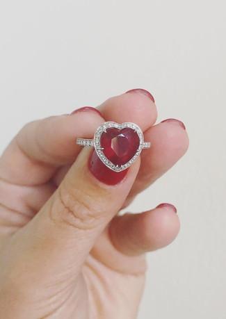 Anello in oro biano con rubino e diamanti.