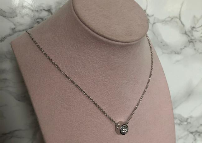 Collanain oro bianco con diamante centrale