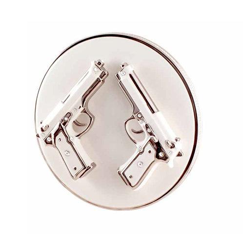 Тарелка с пистолетами