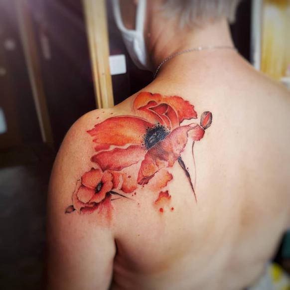 tataouge de coquelicots dans le dos
