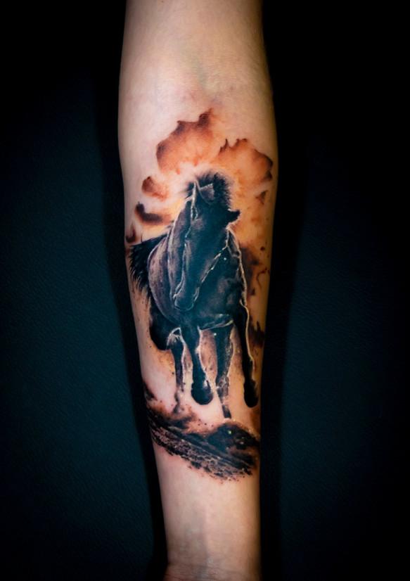tatouage d'un cheval sauvage sur une cliente sauvage ;)