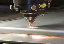 closeup af laserskæring med gnister