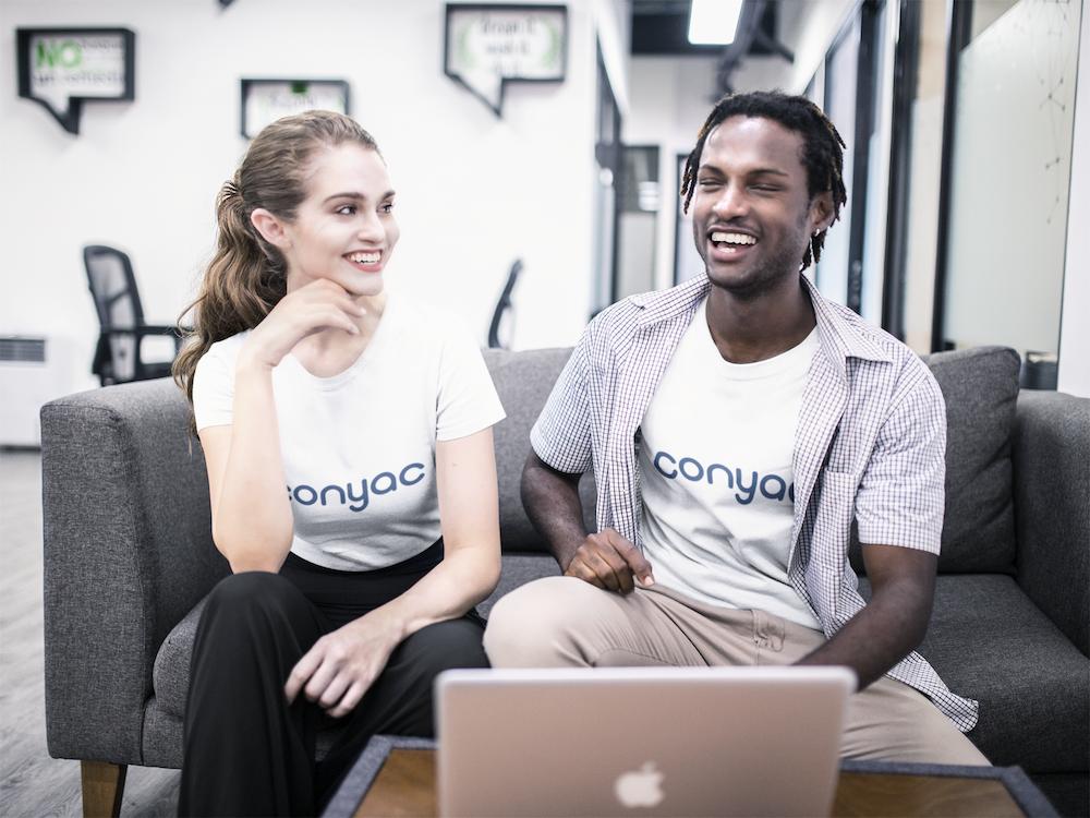 conyac-tシャツ-笑顔-ディスカッション-多国籍-談笑-パソコン-mac