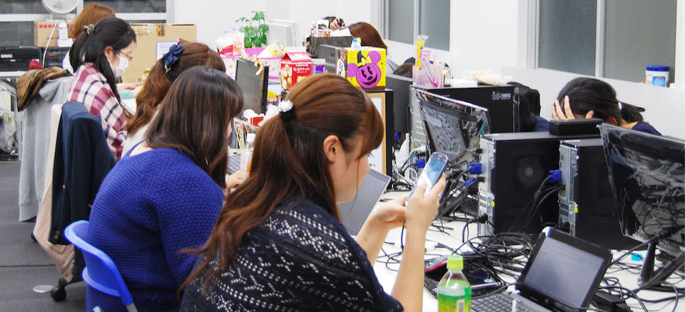 オフィス-女-パソコン-スマホ-デスク