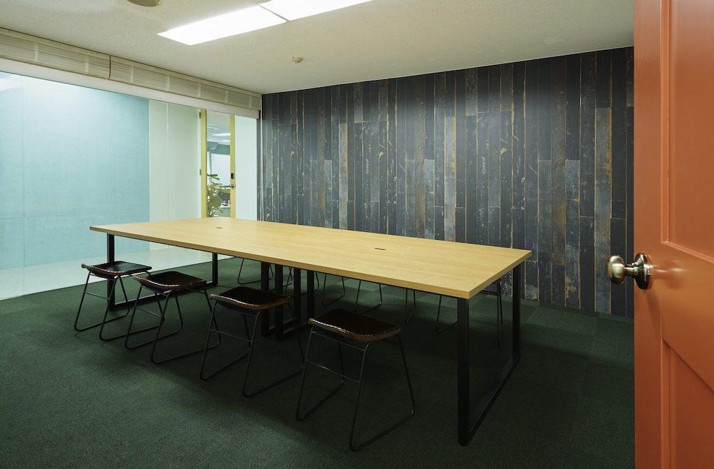 オフィス-会議室-机-椅子-作業-空間-スタートアップ-仕事-おしゃれ-ガラス張り-開放感