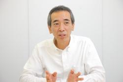 インタビュー-男-ビジネスマン-会議室