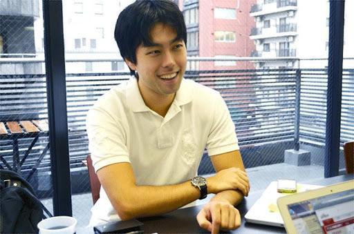 平-皓瑛-グーパ株式会社-代表取締役-社長-男-笑顔-オフィス-腕組み-談笑