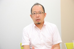 インタビュー-男-ビジネスマン-会議室-メガネ-髭
