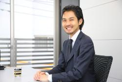 インタビュー-男-ビジネスマン-スーツ-ネクタイ-ジャケット-笑顔-会議室-デスク