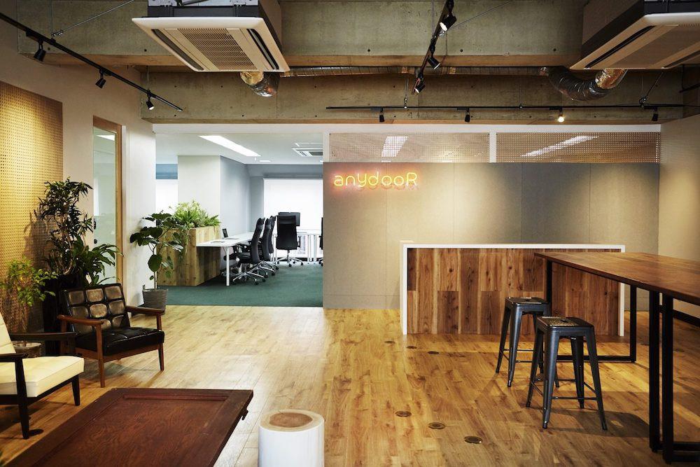オフィス-ラウンジ-机-椅子-作業-空間-スタートアップ-仕事-おしゃれ
