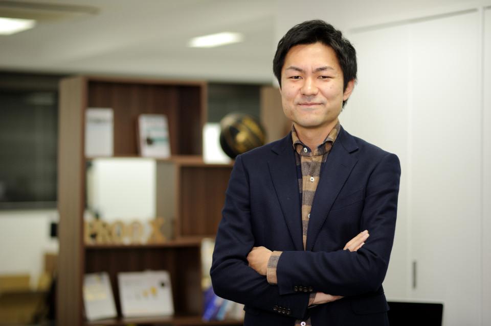 インタビュー-男-ビジネスマン-シャツ-ジャケット-腕組み-笑顔