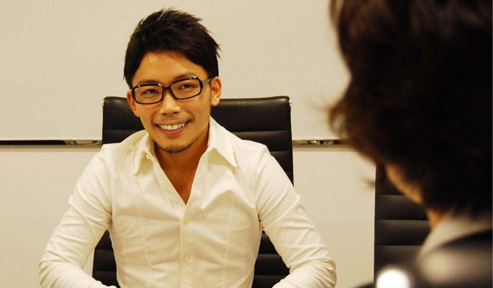 株式会社-Speee-社長室-室長-岩澤-メガネ-インタビュー-笑顔-男-短髪-ビジネスマン