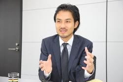 インタビュー-男-ビジネスマン-スーツ-ネクタイ-ジャケット-ボディランゲージ-会議室