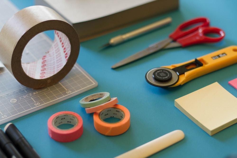 jo-szczepanska-unsplash-接着剤-テープ-粘着テープ-ボックステープ-マスキングテープ-カッター-ハサミ-ポストイット-工作-宿題