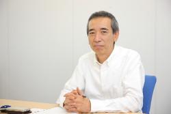 インタビュー-男-ビジネスマン-会議室-デスク