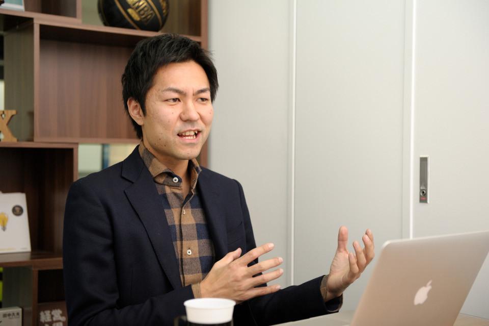 インタビュー-男-ビジネスマン-シャツ-ジャケット-ボディランゲージ-パソコン-mac