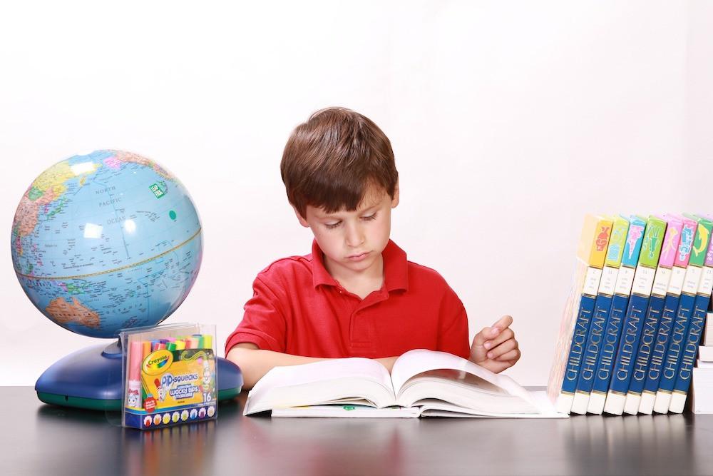 white77-pixabay-学びます-お座り-子-ラーニング-机-遊び-幼児-小児-少年-勉強-宿題-読書-地球儀-