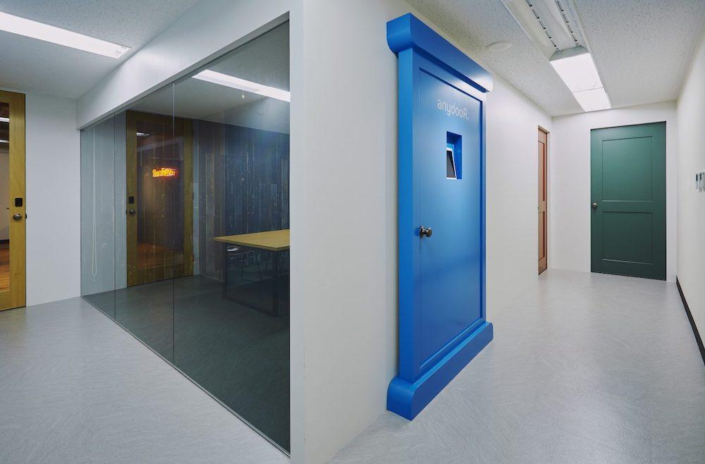 オフィス-エントランス-ドア-スタートアップ-仕事-おしゃれ-受付-廊下-ガラス張り
