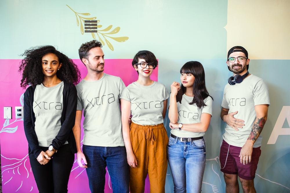xtra-tシャツ-グローバル-多国籍-男-女-談笑-笑顔-チーム-スタッフ