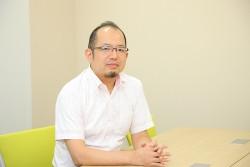 インタビュー-男-ビジネスマン-会議室-メガネ-髭-デスク