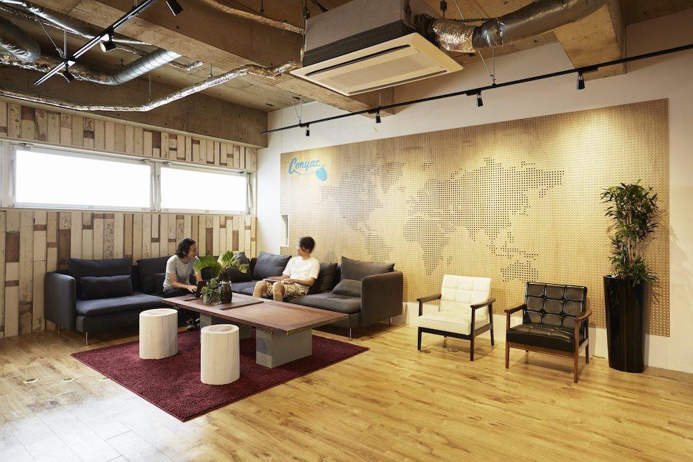 オフィス-ラウンジ-机-椅子-作業-空間-スタートアップ-仕事-おしゃれ-雑談-男-男性