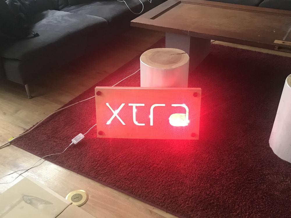 木材-加工-組立-philips-hue-xtra-看板-オフィス-ラウンジ-ライト-点灯