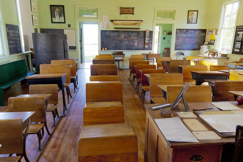 bairli1-pixabay-教室-建物-ルーム-椅子-机-黒板-勉強-部屋-学校