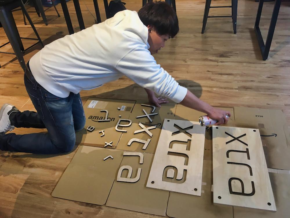 木材-加工-ニス-スプレー-xtra-看板-男-スタッフ-オフィス-ラウンジ