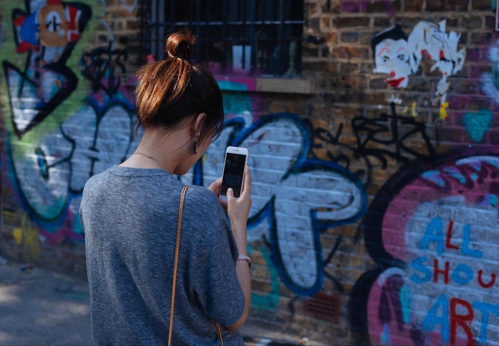 clem-onojeghuo-unsplash-女-落書き-アート-壁-写真-スマホ-お団子ヘア-ストリートアート-芸術