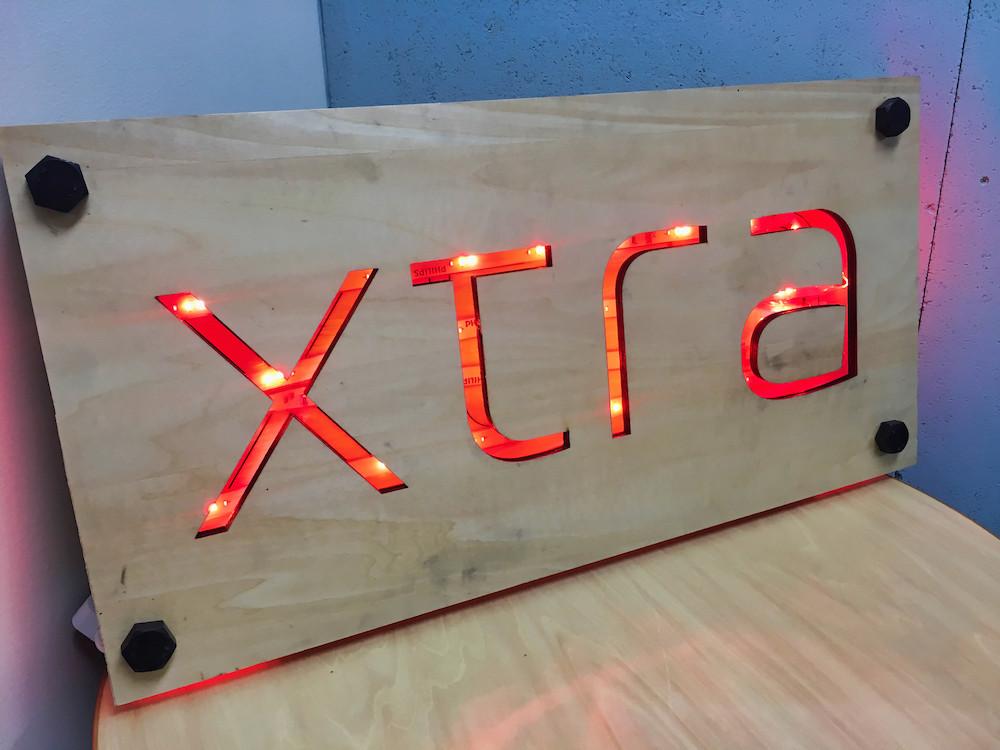 木材-加工-組立-philips-hue-xtra-看板-オフィス