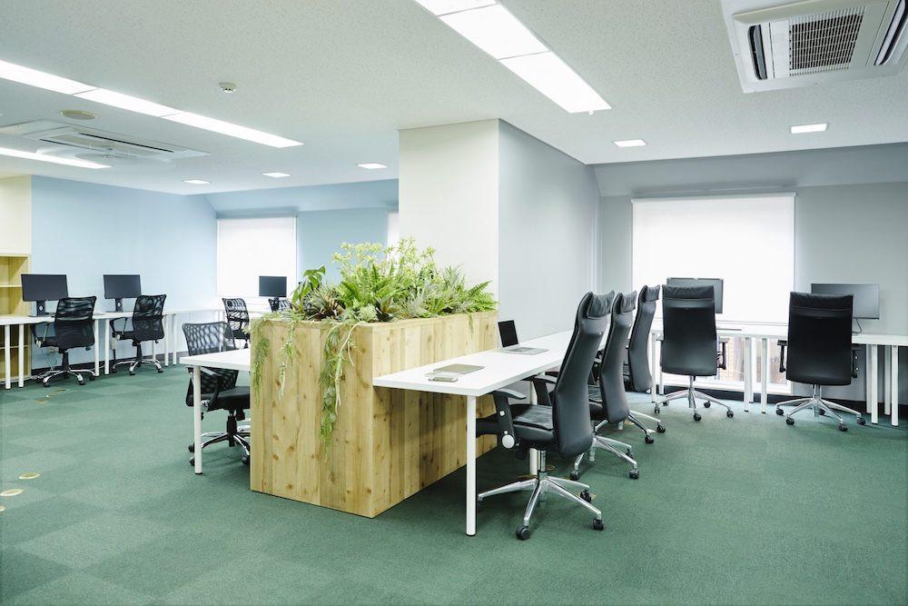 オフィス-ワークスペース-机-椅子-作業-空間-スタートアップ-仕事