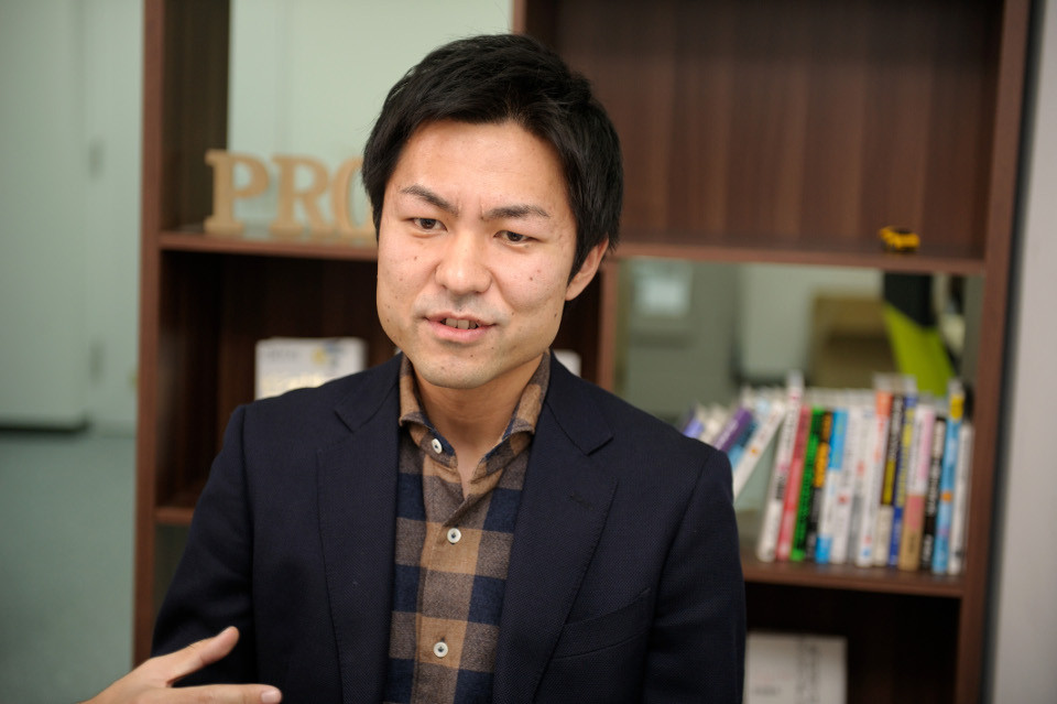 インタビュー-男-ビジネスマン-シャツ-ジャケット