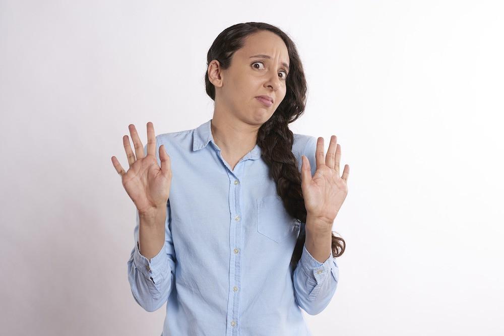 robin-higgins-pixabay-手話-ハンド-指-ジェスチャー-腕-母-親-お手上げ-拒否