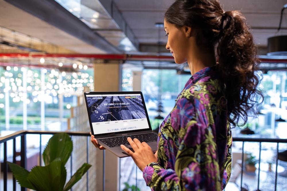 オフィス-スタンディング-パソコン-女
