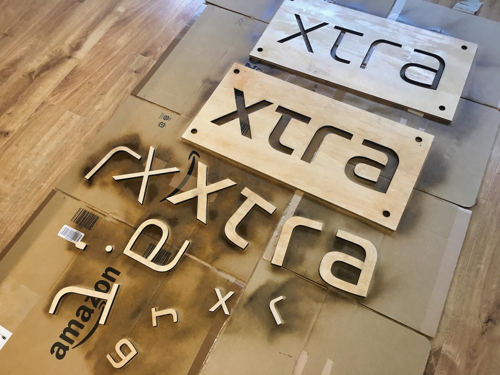 木材-加工-ニス-スプレー-xtra-看板-オフィス-ラウンジ