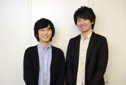 インタビュー-男-ビジネスマン-スーツ-ジャケット-壁-コンビ-笑顔