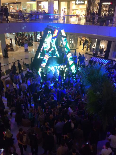 Curitiba circulando pelos corredores da Party At The Mall do PKSB