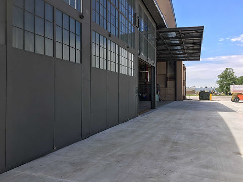 Army_national_guard_hangar.jpg
