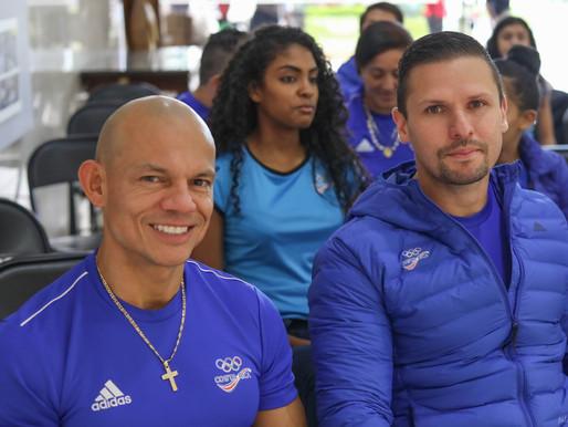 Neshy junto a otros atletas recibe homenaje del Presidente Carlos Alvarado.
