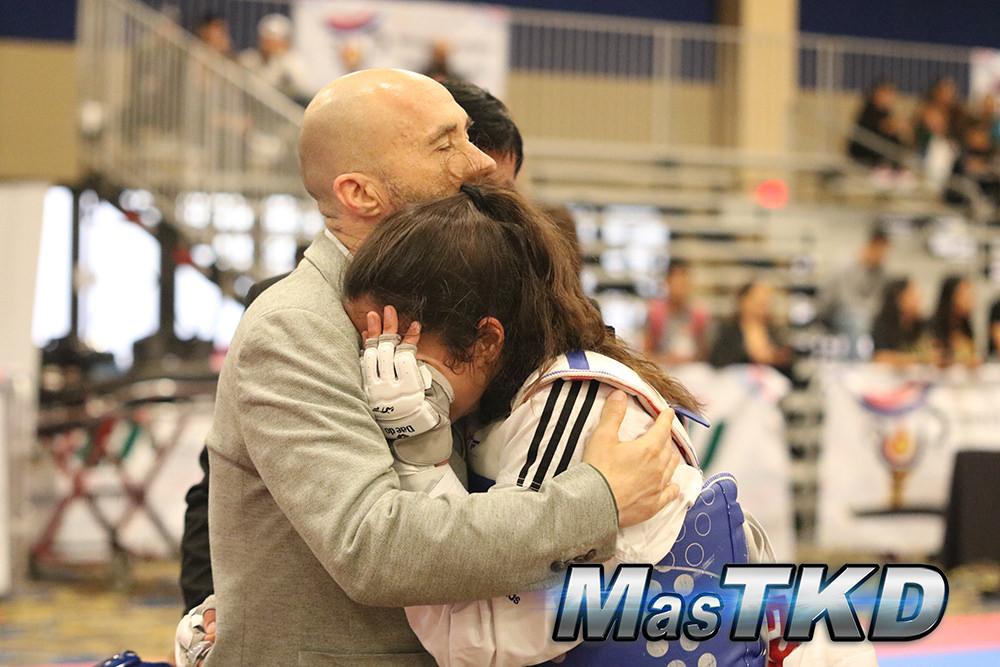 Phillipe Pinerd abraza una atleta que perdió su contienda en la Cope Presidente de América en 2017. Foto: Tomada de MasTKD.com